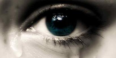 piangere con le lenti a contatto